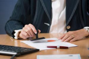 Если регистрацией занимается третье лицо, нужна заверенная у нотариуса доверенность